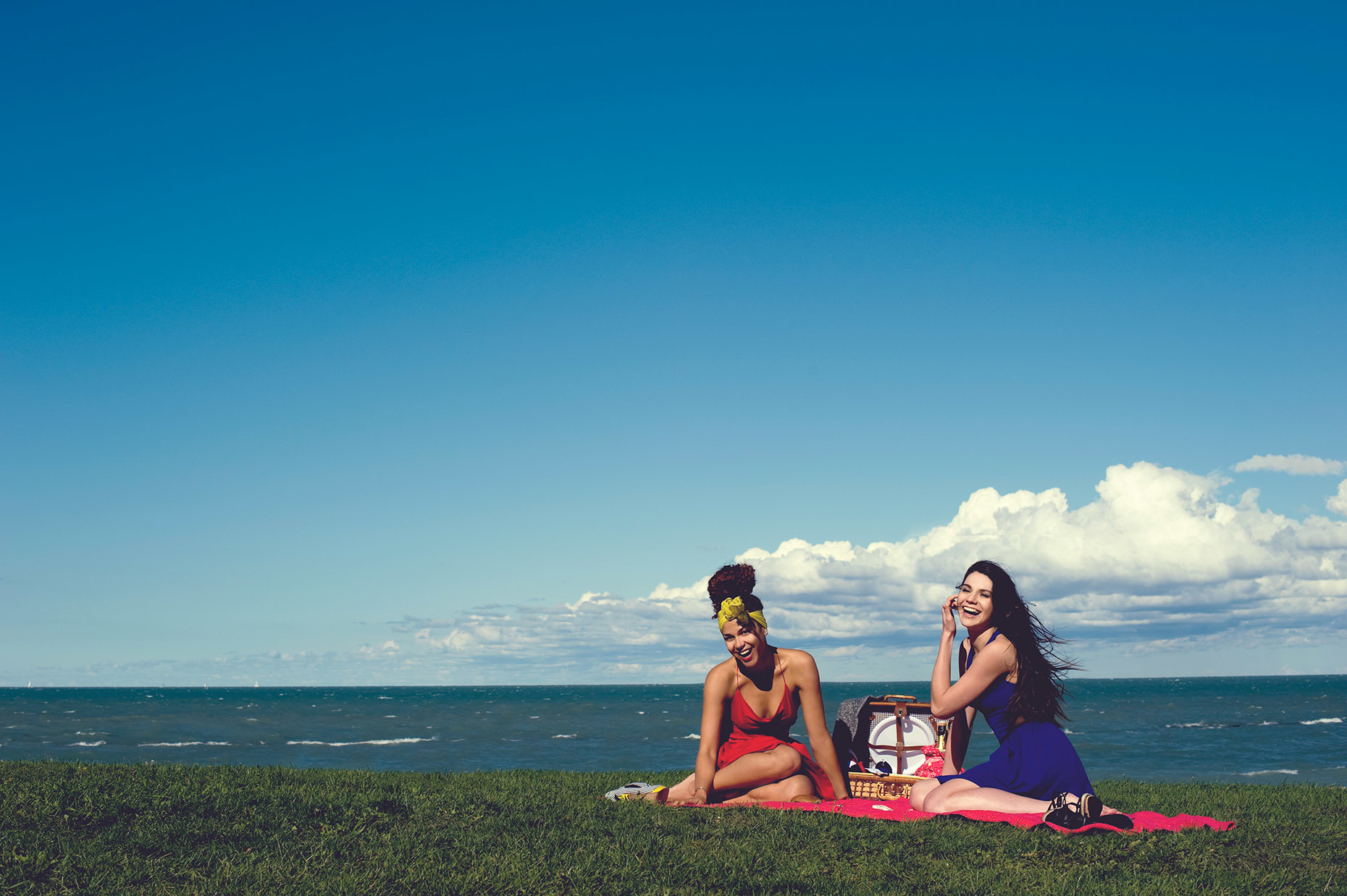 Picnic-on-the-Beach_Girls-Having-Fun_Dresses-Anna-Hovet_Lifestyle-Fashion_RHanelPhotography